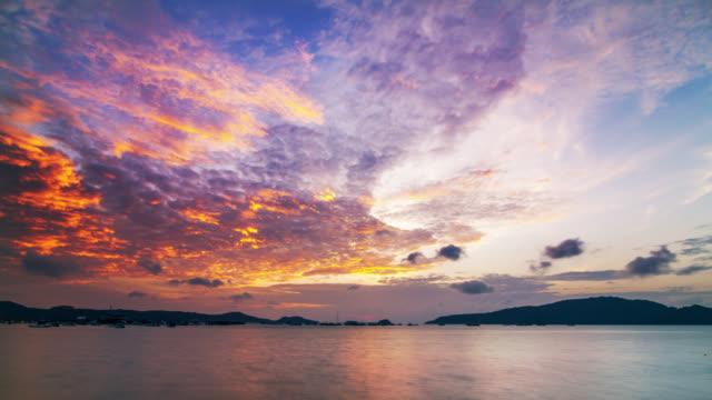 beautiful sunrise timelapse over the phuket island skyline and the andaman sea, thailand 2016. - ドラマチックな空模様点の映像素材/bロール
