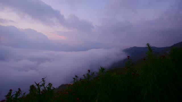 Belo nascer do sol no mar de Nevoeiro na Montanha