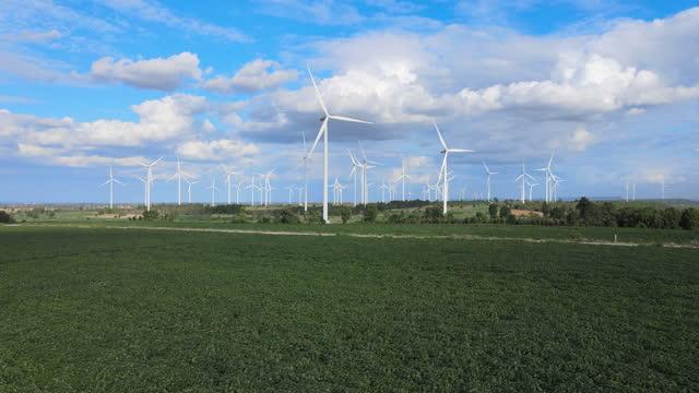 vídeos y material grabado en eventos de stock de hermosa puesta de sol sobre las turbinas - turbina