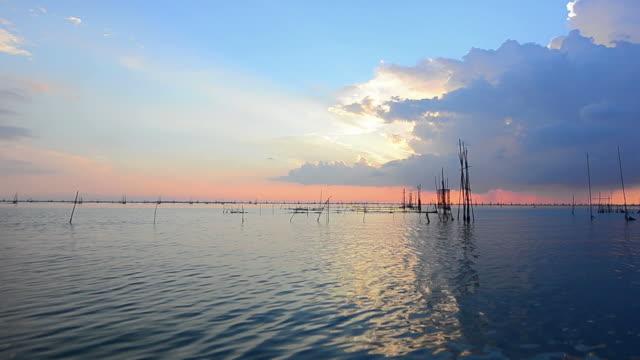 vídeos de stock, filmes e b-roll de belo pôr do sol no mar tropical - câmara parada