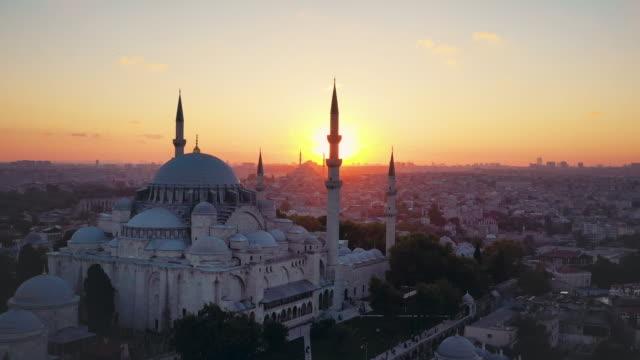 vídeos de stock, filmes e b-roll de beautiful sunset drone video of süleymaniye mosque - bósforo