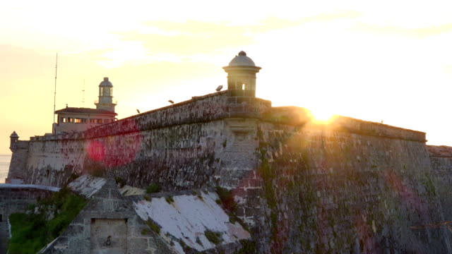 beautiful sunset in el morro and pan to the city skyline - romantische stimmung stock-videos und b-roll-filmmaterial