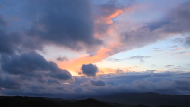 stockvideo's en b-roll-footage met beautiful sunset in the mountains, mongolia - mongolië