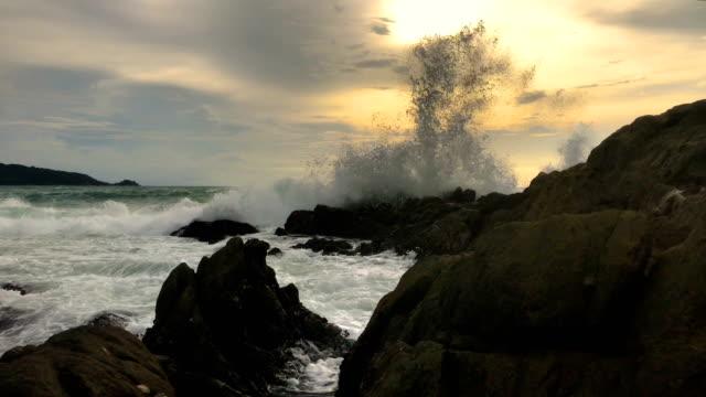 vídeos de stock, filmes e b-roll de pôr do sol sobre a praia de kalim phuket tailândia, 4k. - rocha