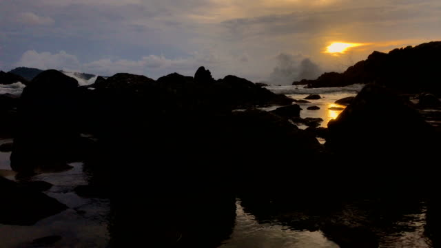 vídeos de stock, filmes e b-roll de pôr do sol sobre a praia de kalim phuket tailândia, 4k. - ciliado