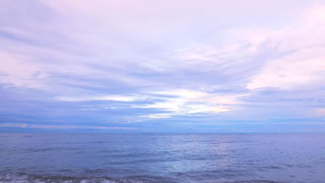 vídeos de stock, filmes e b-roll de 4k: belo pôr do sol sobre o oceano - vista do mar