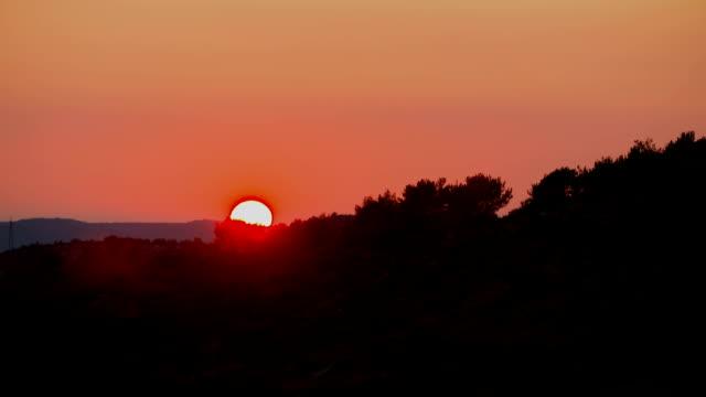 Prachtige zonsondergang over bergen