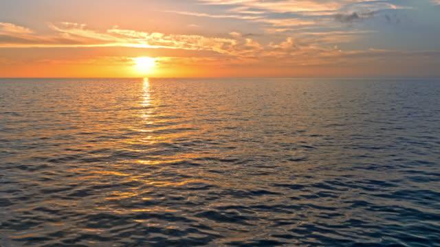 stockvideo's en b-roll-footage met luchtfoto mooie zonsondergang over de adriatische zee - middellandse zee