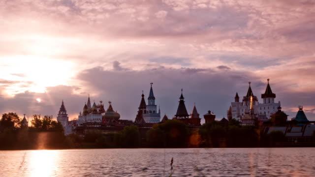 vídeos de stock, filmes e b-roll de tl beautiful sunset over the izmaylovo kremlin / russia, moscow - céu romântico