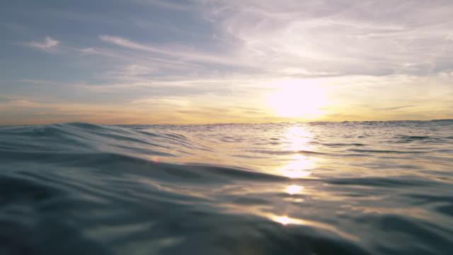 vídeos y material grabado en eventos de stock de hermosa puesta de sol sobre el mar abierto - laguna beach california
