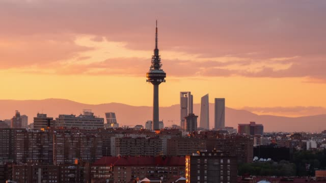 vídeos y material grabado en eventos de stock de beautiful sunset time-lapse of madrid skyline - panorama urbano