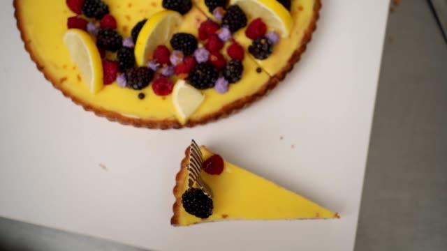 美しい甘いレモンチーズケーキ - 盛り付け点の映像素材/bロール
