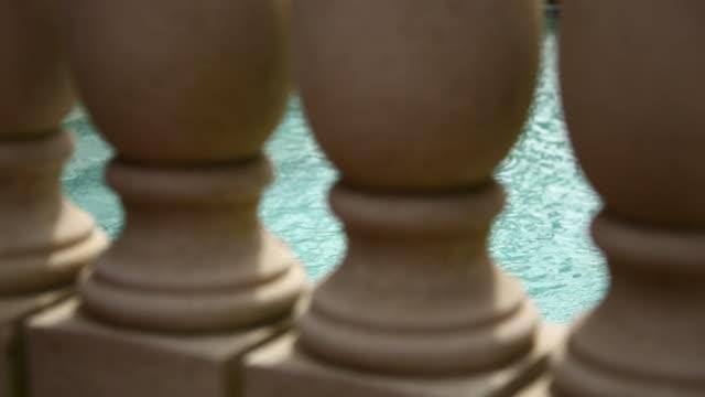 splendida piscina - piscina pubblica all'aperto video stock e b–roll