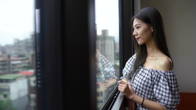 美しい台湾の女性 - 窓越し点の映像素材/bロール