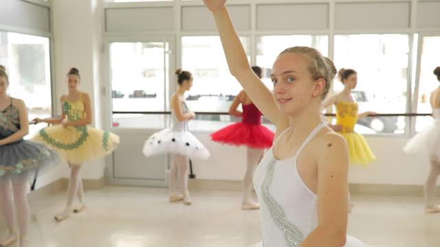schöne teenager ballerina - gymnastikanzug stock-videos und b-roll-filmmaterial
