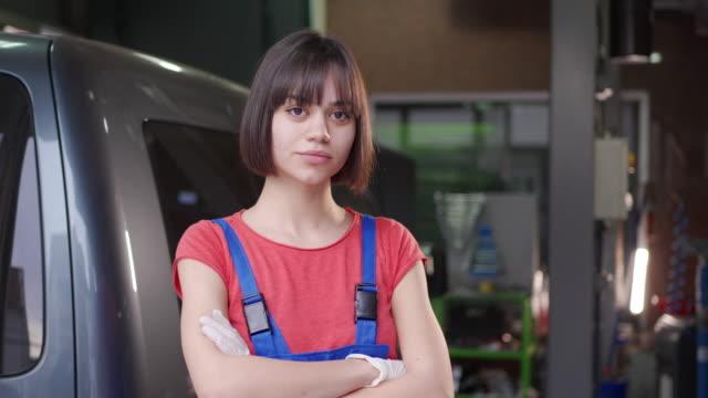 vidéos et rushes de belle mécanique femelle d'adolescente - apprenti