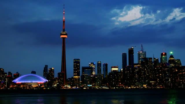 wunderschöne skyline von toronto in der dämmerung - cn tower stock-videos und b-roll-filmmaterial
