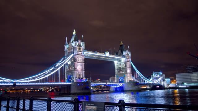 HD-ZEITRAFFER: Wunderschöne Tower Bridge am Abend