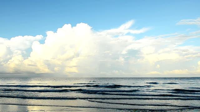 vídeos y material grabado en eventos de stock de hermosa playa de arena con sky tropical - estilo de música