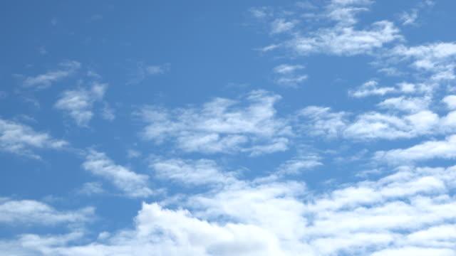 美しい普遍的に雲並みの背景、タイムラプス。 - 夏点の映像素材/bロール