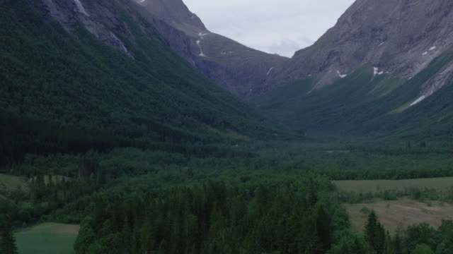 vackra dalen på norges västra kust - mountain range bildbanksvideor och videomaterial från bakom kulisserna