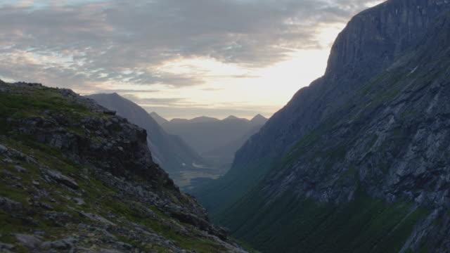 stockvideo's en b-roll-footage met prachtige vallei op de west kust van noorwegen - mountain range