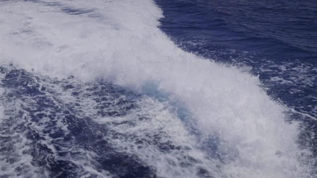 stockvideo's en b-roll-footage met prachtig uitzicht vanaf boot varen op de blauwe zee en het eiland - kielwater