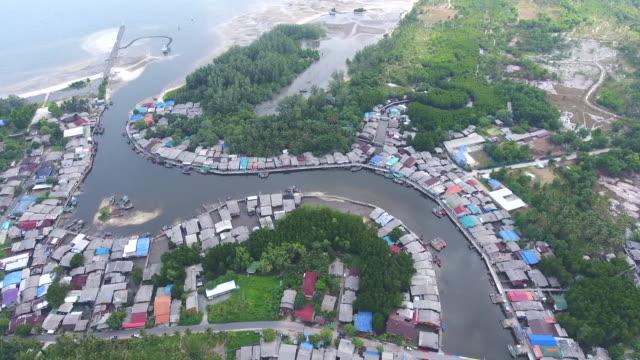vídeos de stock, filmes e b-roll de bela vista da vila de pescadores, perto de um mar com rio curvo, vídeo aéreo - árvore tropical