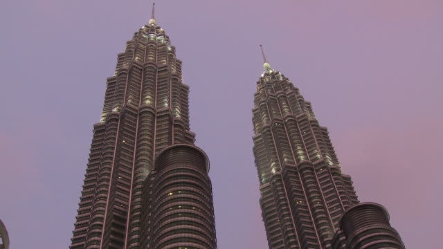 stockvideo's en b-roll-footage met beautiful view of petronas twin towers - kuala lumpur, malaysia - petronas twin towers