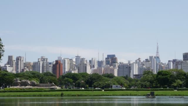 vídeos de stock, filmes e b-roll de vista bonita da skyline de sao paulo - silhueta urbana