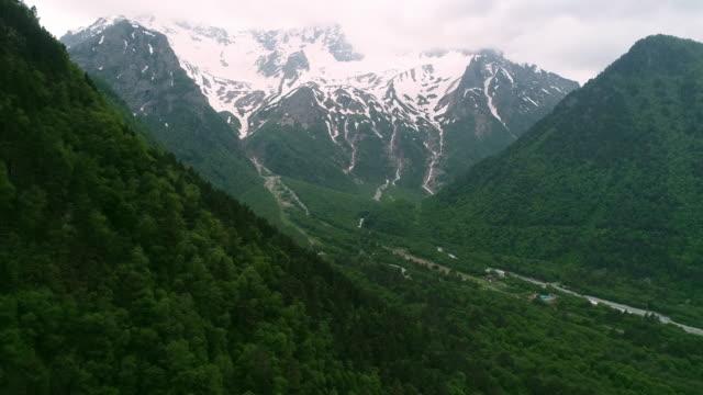 vidéos et rushes de belle vue des montagnes du drone. - alpes suisses