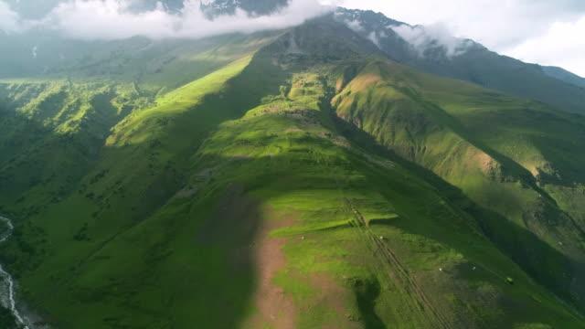 vidéos et rushes de belle vue des montagnes du drone. - jungle