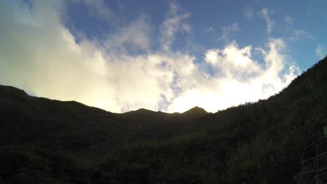 vidéos et rushes de belle vue du lever du soleil de la montagne de fansipan - respect