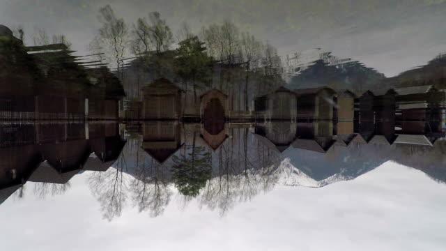 Schöne Wasserreflexion von Holzhäusern auf dem Wasser