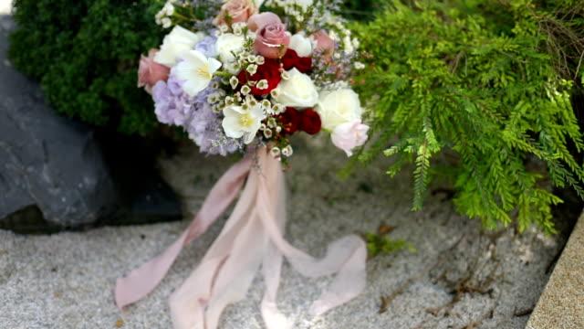 新鮮な花の美しい結婚式の花束。 - 顕花植物点の映像素材/bロール