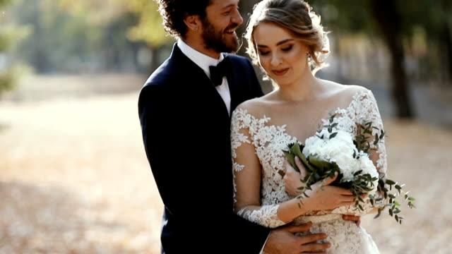 vidéos et rushes de beau couple de mariage dans le stationnement - couple marié