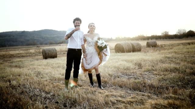 vídeos y material grabado en eventos de stock de hermosa pareja de novios de pie en la escena rural - novia relación humana