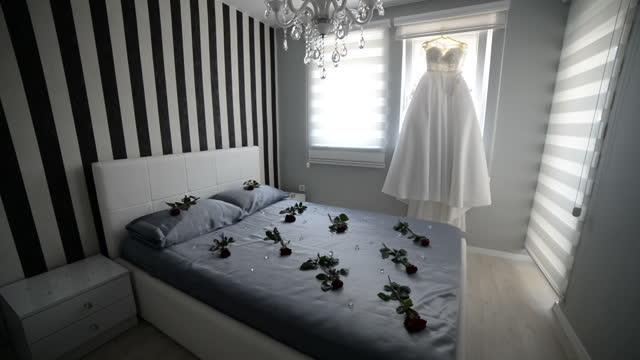 vacker brudklänning hängande i rummet - lång längd bildbanksvideor och videomaterial från bakom kulisserna