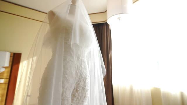 部屋のマネキンに美しいウェディングドレス。 - ウェディングドレス点の映像素材/bロール