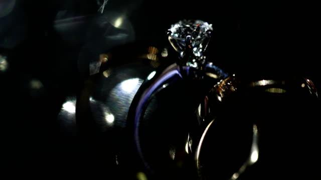 vidéos et rushes de belle bague de mariage et la bague de fiançailles, 4k. - diamant