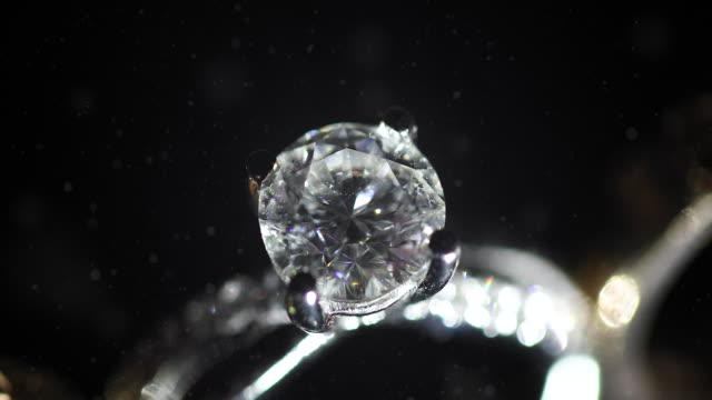 美しい結婚指輪と婚約指輪、4k。 - 結婚指輪点の映像素材/bロール