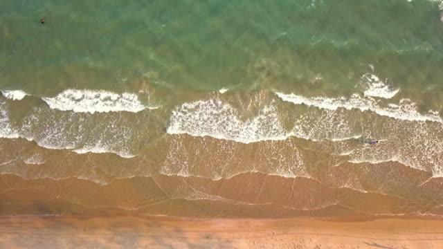 schöner weißer meeresstrand mit aqua-blaumeer auf der insel tha lu in thailand, von drohne aus gesehen - insel phi phi le stock-videos und b-roll-filmmaterial