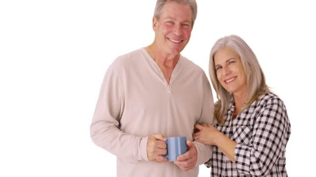 stockvideo's en b-roll-footage met beautiful white senior couple smiling together - natuurlijk haar