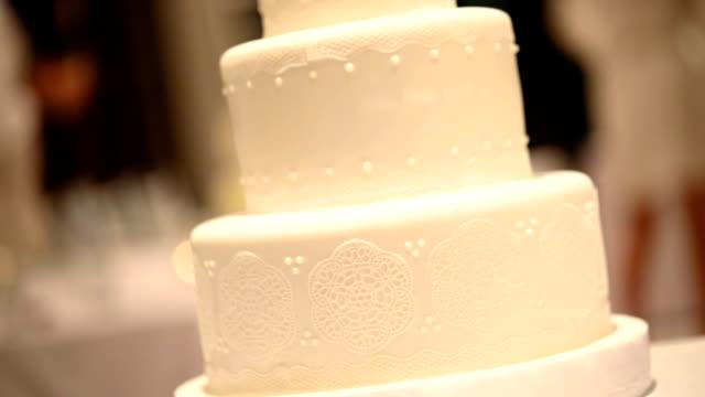 vídeos de stock, filmes e b-roll de lindo bolo de casamento branco na recepção do casamento. - noivo papel em casamento
