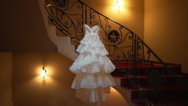 bellissimo abito da sposa bianco doly uscire - vestito bianco video stock e b–roll