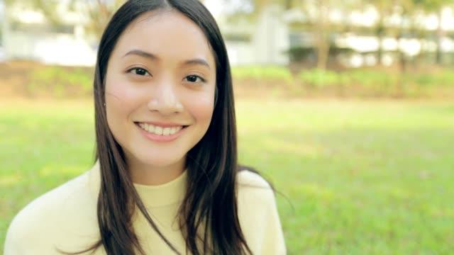 vídeos y material grabado en eventos de stock de hermosa mujer asiática una sonrisa lenta - chino oriental