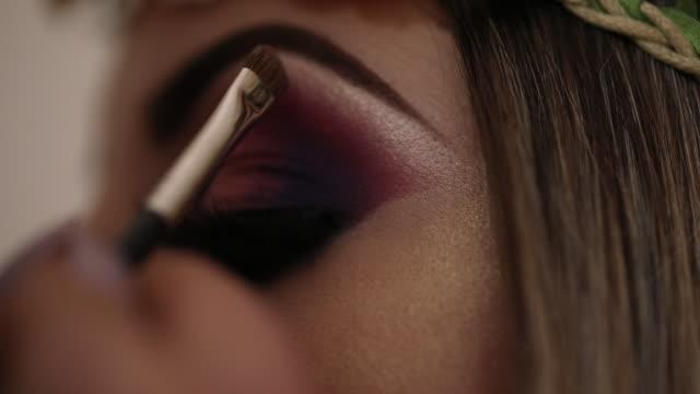 vídeos de stock, filmes e b-roll de mulher bonita no artista da maquiagem - blush