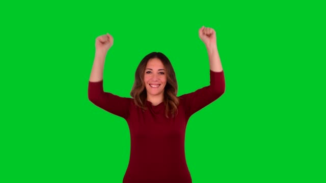 vídeos de stock e filmes b-roll de beautiful woman celebrating on chroma key background - visão frontal
