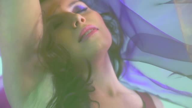 schöne frau tanzen im farbiger seide. zeitlupe. - textilien stock-videos und b-roll-filmmaterial