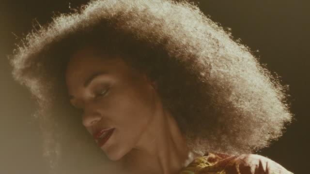 vídeos de stock e filmes b-roll de beautiful woman dancing - articulação humana